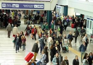 Vacanzieri in partenza per le festivita' pasquali all'aeroporto di Fiumicino, 4 aprile 2015. ANSA/ TELENEWS