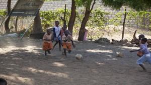 I-bambini-giocano-a-pallone-in-Kenya